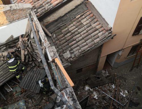 A San Cesario sul Panaro crolla il tetto di una casa
