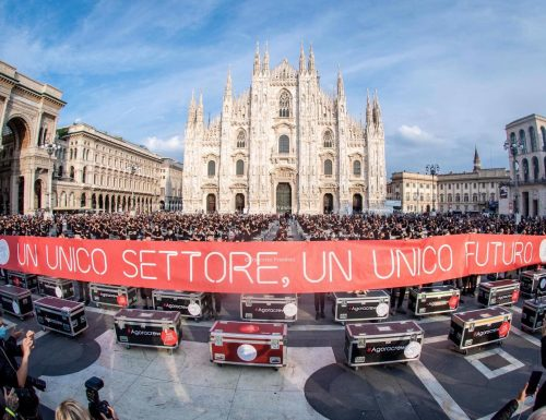 """""""Baùli in Piazza""""davanti al Duomo di Milano, per dare voce a chi lavora nello spettacolo ( Video )"""