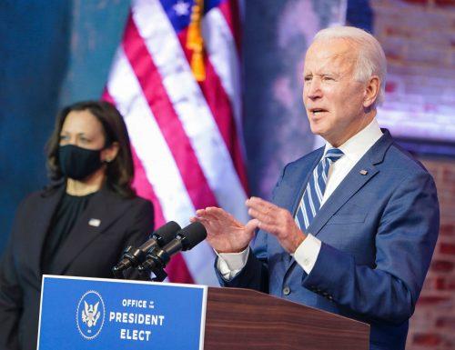 Joe Biden si frattura un piede mentre gioca con il cane.