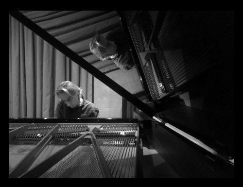 Esce in piano solo il nuovo album musicale di Paolo Vivaldi, compositore tra i più accreditati nel panorama italiano delle musiche per cinema, teatro e televisione. Il disco, prodotto dalla TeleCineSound, entrerà nella prestigiosa library americana APM MUSIC
